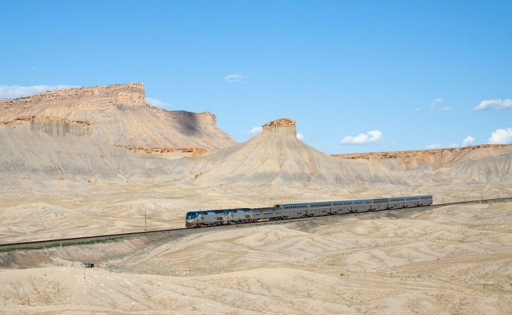 1920px-Amtrak_California_Zephyr_Green_River_-_Floy,_Utah